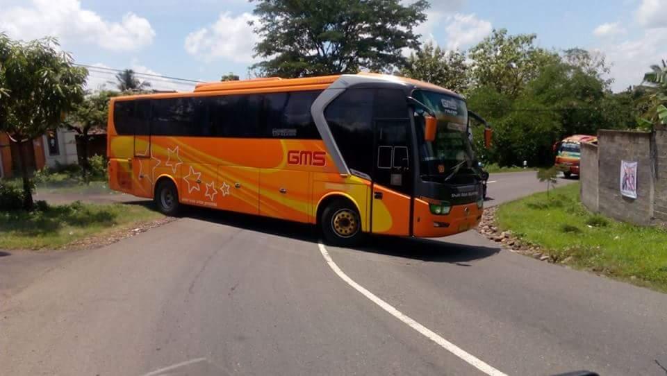 Sopir Bus ini Nekat Putar Balik di Tikungan.. Yang Bener Bae…!!!