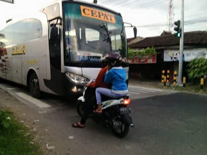 Lagi Rame Bus Eka ngeblong Lampu Merah dicegat Pemotor