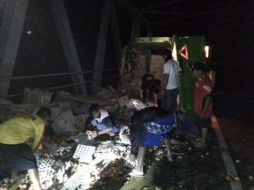 Truk Pengangkut Telur Terguling di Sawoo-Ponorogo akibat Hindari Rombongan Klub Motor