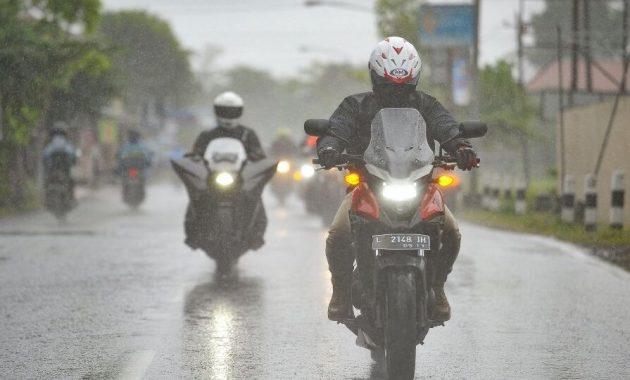 Tips Berkendara di Saat Hujan ala Instruktur Safety Riding. Simak Kuy biar Nyaman